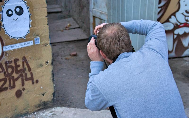 Работы 18 граффитистов из Германии украсили одно из зданий в центре города. Такая выставка под открытым небом — первая попытка кельнского стрит-арт художника Тима Оссеге объединить своих коллег и показать их творчество за пределами родины.