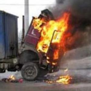 Огонь в автомобилях «Скания-113» и «ДАФ», стоящих на улице Доватора, вспыхнул в 04.58. Пожаром в общей сложности было охвачено 4 кв метра. К счастью, обошлось без погибших и пострадавших. В 06.02 пожар был ликвидирован.  Причина пожара — неисправность отопительной системы в грузовиках