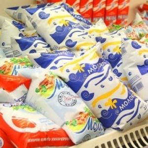 Цены на сырое молоко в некоторых регионах России выросли на 50%, сообщил Национальный союз производителей молока. Федеральная антимонопольная служба обещала разобраться.