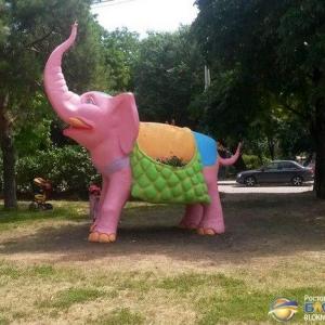 В донской столице стало одним слоном больше. Помимо живых слонов, обитающих в ростовском зоопарке, на Рабочей площади установили слона бетонного, ростом 4,5 метра и весом 3,5 тонны