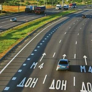 По данным пресс-службы ГУ МВД по Ростовской области, на обочине трассы М-4 «Дон» найдена машина с телами мужчины и женщины, погибших от огнестрельных ранений в голову.