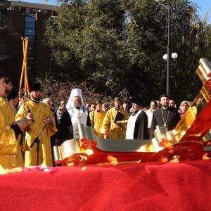 В воскресенье, 12 октября, сотни ростовчан собрались на уникальное для Ростована-Дону событие - освящение и установку крестов на купола строящегося Храма Благовещенья Пресвятой Богородицы