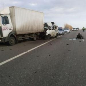 В Чертковском районе Ростовской области утром 30 октября столкнулись микроавтобус «Фольксваген Транспортер» и грузовик «МАН»