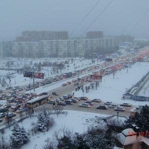 В этом году первый снег в Ростове-на-Дону парализовал движение транспортного потока во всем городе, образовались многокилометровые пробки.