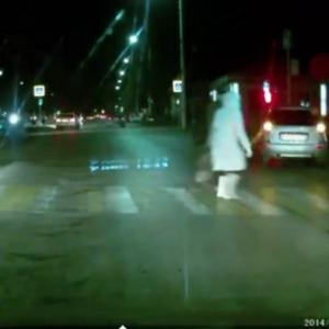 В Новочеркасске автомобиль без водителя чуть не сбил двух пешеходов [ВИДЕО]