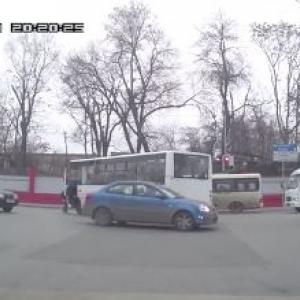 Очередной беспредел, чинимый водителями маршрутки был заснят одним из водителей в Ростове.