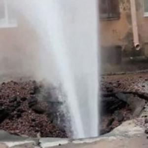 В Ростове забил огромный фонтан из-под земли, прямо на проезжей части.