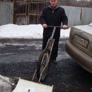 с помощью вело-лопаты убирать снег легко и весело