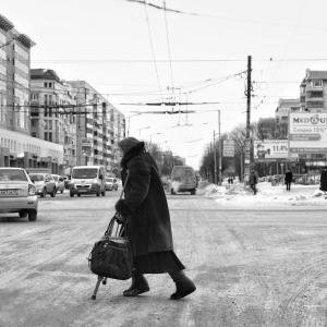2 ноября около 05:45 в г. Батайске водитель 1986 года рождения на автомобиле ВАЗ-21061 насмерть сбил 84-летнюю женщину, сообщает пресс-служба УГИБДД ГУ МВД России по региону.