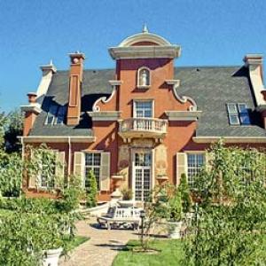 Первым пятизвездочным отелем Ростовской области стал «Олд Хаус Ресорт энд Спа», расположенный в Азовском районе