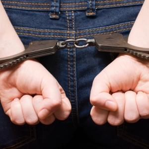 В Таганроге (Ростовская область) полицейские задержали 18-летнего парня, подозреваемого в краже из магазина