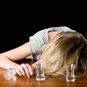 Пьяный супруг пытался разбудить жену, скончавшуюся сутки назад
