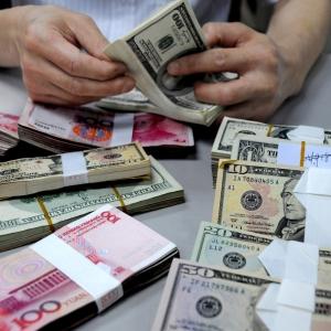 В некоторых ростовских банках к вечеру 3 декабря стала заканчиваться иностранная валюта