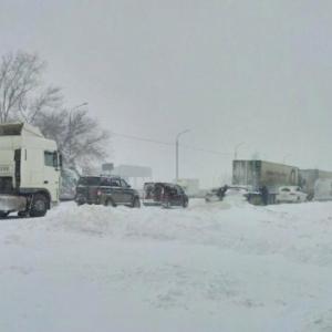 Под Ростовом образовались огромные пробки, в снежный плен попали несколько тысяч автомобилей.