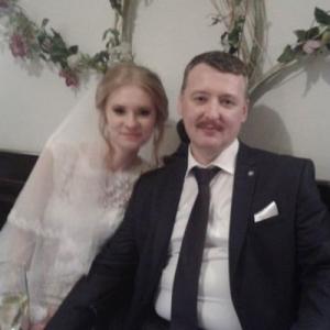 Экс-министр обороны Донбасса женился на студентке из Ростова-на-Дону.
