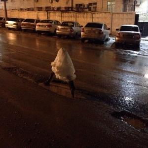 Как пишут ростовчане в социальных сетях, на проезжей части на пересечении улиц Сарьяна и 49 линии образовалась большая яма