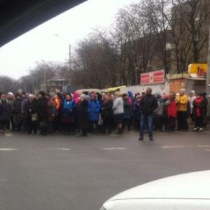 В Ростове люди перекрыли центральную улицу и требуют встречи с губернатором области.