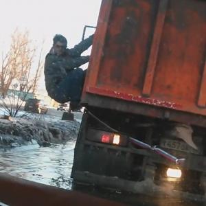 В социальных сетях появилось видео ростовчанки, которая в своем автомобиле застряла в глубокой луже на левом берегу Дона