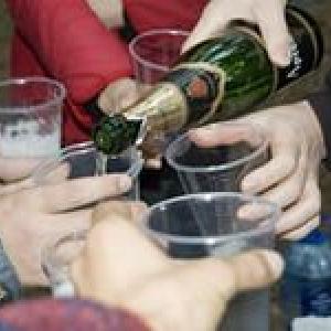за распитие спиртных напитков в общественных местах грозит штраф в 500 - 1000 рублей