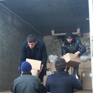 Сегодня в «Доброе кафе» на Привокзальной площади пришёл грузовик с гуманитарной помощью. Продукты питания и гигиены собирал Молодёжный парламент при Законодательном собрании Дона