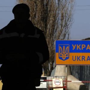 У задержанного недалеко от населенного пункта Максимов Неклиновского района мужчины был при себе АКС-47 с магазинами и более 500 патронов, сообщает РИА Новости со ссылкой на пограничное управление ФСБ России по Ростовской области.