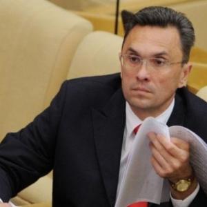 Депутата Госдумы от КПРФ Владимира Бессонова обвиняют в двух случаях насилия, опасного для жизни, в адрес правоохранителей.