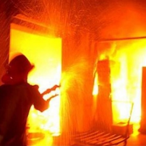 Двое мужчин заживо сгорели в собственном доме в Азовском районе.