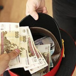 По информации следствия, полицейские требовали у двух человек 300 тысяч рублей за уничтожение материалов, которые свидетельствовали о совершении преступлений.