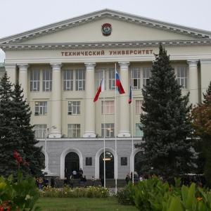 """""""Угнетённые"""" ели перед фасадом ДГТУ"""