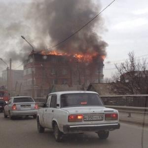 Прямо сейчас в Ростове-на-Дону по улице Текучева возле моста горит многоэтажный дом.