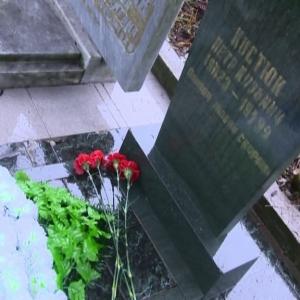 В Ростове представители молодежных организаций занялись уборкой могил, в которым покоятся ветераны Великой Отечественной войны.