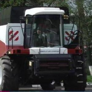 Накануне в Ростове сотрудники завода сельхозтехники «Ростсельмаш» передали 15 именных комбайнов покупателям.