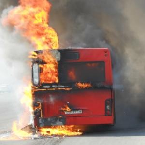Пассажирский автобус загорелся сегодня, 17 мая, в Каменск-Шахтинском районе Ростовской области