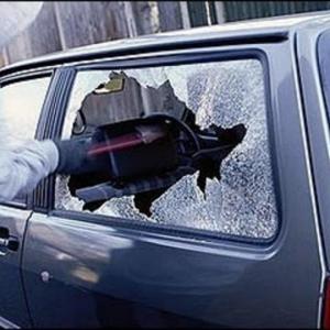 На Северном в Ростове в автомобиле разбили стекло и похитили имущество