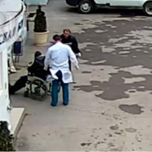Врача ростовской больницы № 8, оставившую пациента умирать на улице, отпустили по амнистии