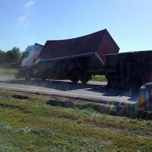 Накануне, около 16.00 в единую дежурно-диспетчерскую службу «112» поступило сообщение, что в Миллеровском районе на федеральной автотрассе М4 «Дон» опрокинулся грузовой автомобиль с прицепом.