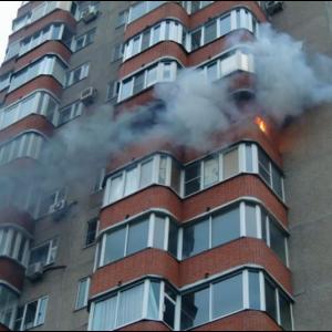 В Ростовской области на балконе многоэтажки произошел пожар.