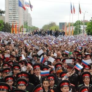 А также зафиксировано самое большое в России Знамя победителей.