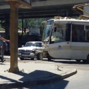 Буквально полчаса назад в Ростове из-за дорожного происшествия было парализовано движение трамваев маршрутов №1 и №4.
