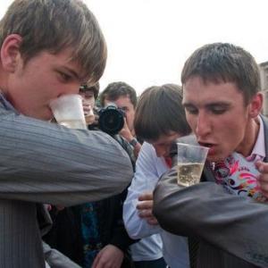 В пресс-службе регионального правительства рассказали, что на территории Ростовского региона в дни проведения выпускных вечеров запретят продажу  алкогольных напитков.