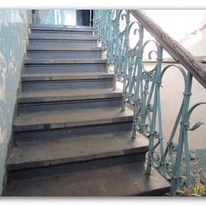В  Таганроге пьяный мужчина упал с лестницы и придавил ребёнка