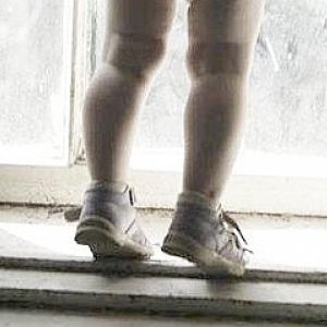 Годовалая девочка выпала из окна 5 этажа в селе под Ростовом-на-Дону
