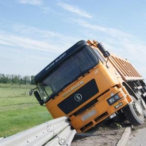 В Ростовской области на федеральной трассе М-4  опрокинулся грузовик со щебнем