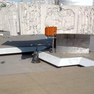 Со стелы на Театральной площади в Ростове-на-Дону упал колокол