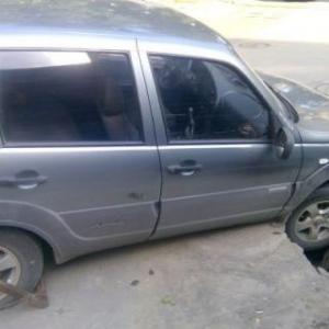 В Ростове автомобиль провалился в яму на дороге
