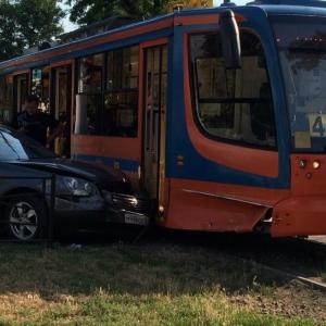 В Таганроге автомобиль Kia врезался в трамвай № 4