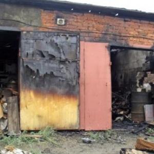 В гараже по неизвестной причине загорелся автомобиль