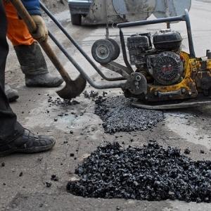 В Ростове заливают ямы на дорогах асфальтобетонной смесью